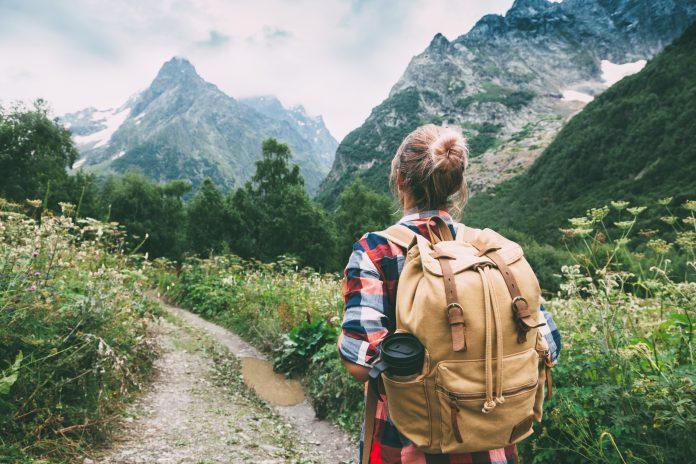 kobieta chodząca po górach
