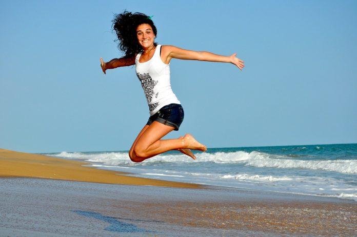 kobieta skacząca nad morzem