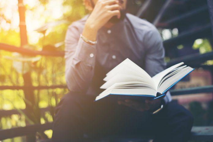 młody mężczyzna czytający książkę