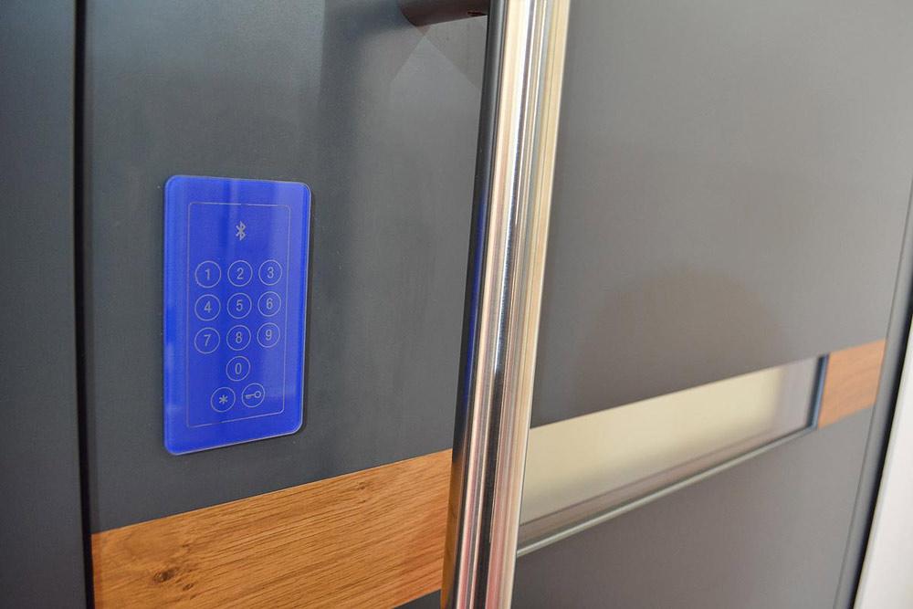 klawiatura numeryczna w drzwiach zewnętrznych