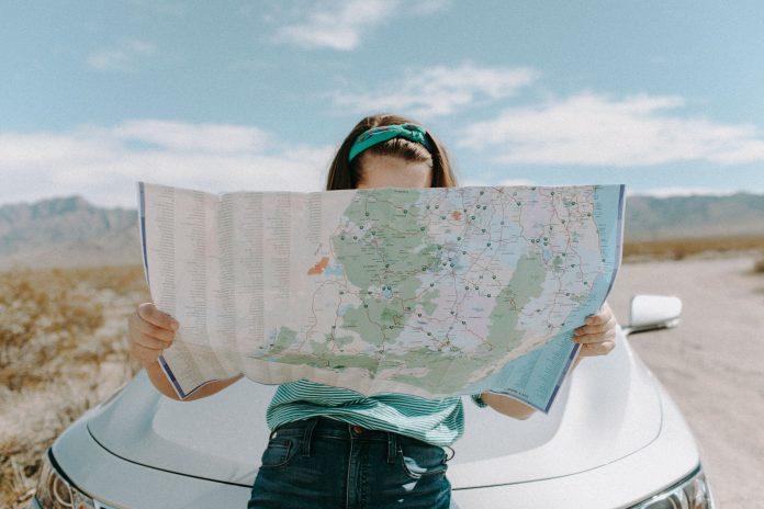 kobieta czytająca mapę samochodową