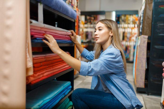 kobieta wybierająca materiał w sklepie