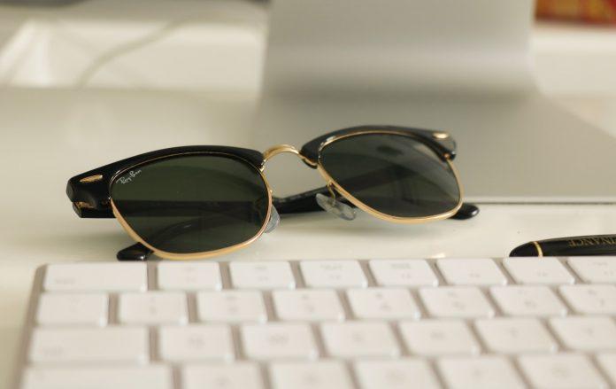 okulary przeciwsłoneczne na klawiaturze