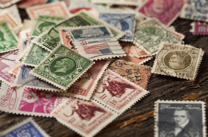 znaczki pocztowe na stole