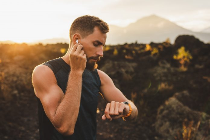biegacz ze słuchawkami bezprzewodowymi
