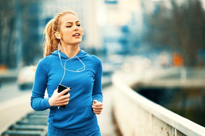 kobieta w słuchawkach do biegania
