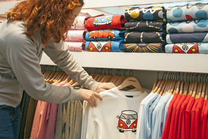 kobieta wybierająca kolorową koszulkę