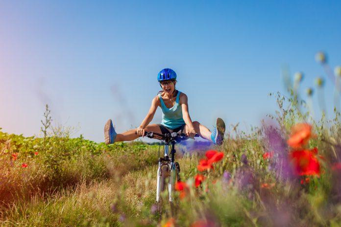 kobieta na wycieczce rowerowej