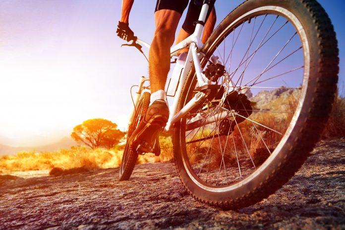 mężczyzna na rowerze