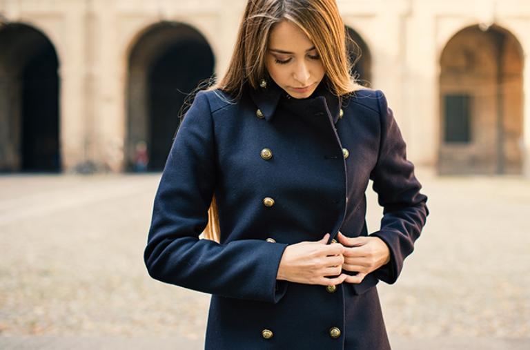 ciemny płaszcz dwurzędowy